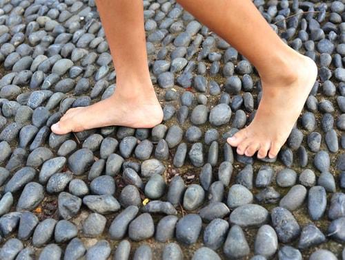 camminare scalzi migliora il senso di equilibrio